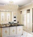 Роскошные портьеры в просторной кухне стиля рококо