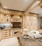 Кухня с колоннами в стиле рококо