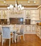 Красивая люстра в интерьере кухни барокко