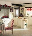 Белая кухня кантри с красным декором