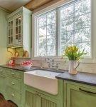 Зелёная мебель на кухне в стиле кантри