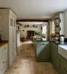 Зелёный гарнитур на узкой кухне