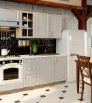 Белый гарнитур на кухне в стиле прованс