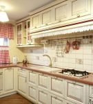 Яркие шторы на светлой кухне прованс