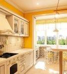 Яркие стены и светлая мебель на кухне прованс