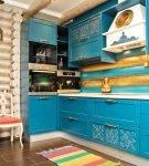 Яркий гарнитур на кухне в русском стиле