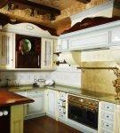 Белая мебель в русском стиле кухни