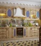 Узорчатый гарнитур в арабском интерьере кухни