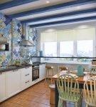 Балки на потолке кухни в средиземноморском стиле