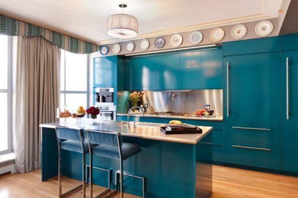 Кухня с ярким гарнитуром цвета морской волны
