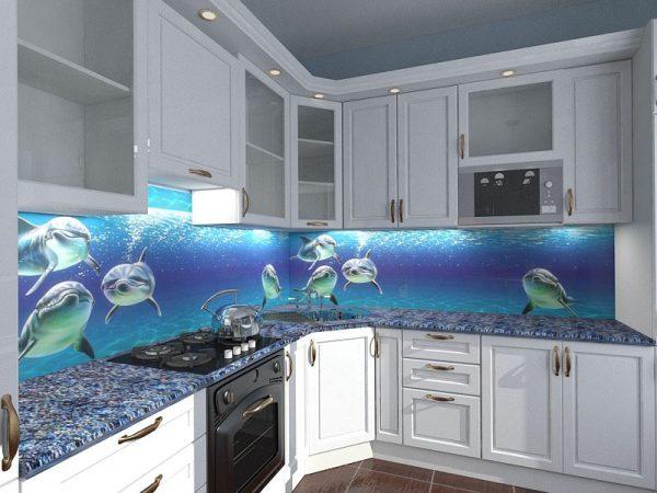 Светлая мебель на кухне с ярким фартуком
