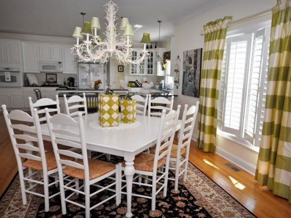 Белая мебель в кухне шебби