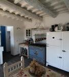 Потолок на кухне с оригинальным декором