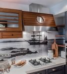 Фартук с рисунком в морском стиле на кухне