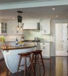 Стол-лодка на кухне в морском стиле