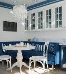 Сине-белая кухня в морском стиле с современной люстрой