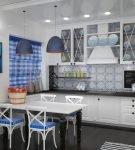Яркий текстиль на кухне в морском стиле