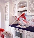 Красивый фартук в морском стиле на кухне