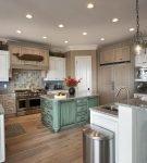 Точечные светильники на просторной кухне в морском стиле