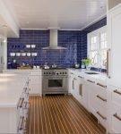 Синий и белый цвета в морском интерьере кухни