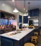 Яркий синий цвет в стильном морском интерьере кухни