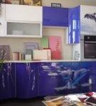 Кухня с рисунком на фасадах в морском стиле