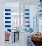 Полосатые сине-белые шторы на кухне