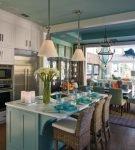 Светлая кухня с красивыми стульями и шторами в морском стиле