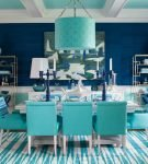 Яркое оформление столовой с полосатым ковром