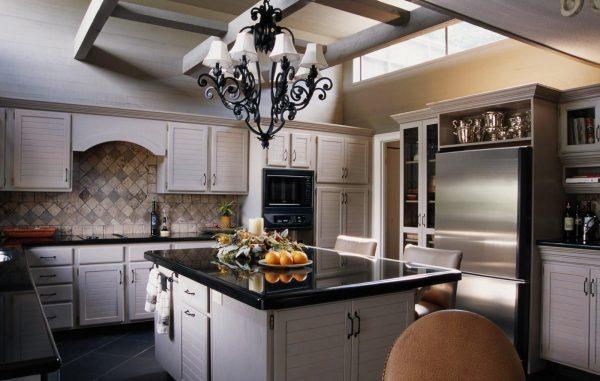 Чёрно-белые детали в обстановке кухни в довоенном стиле