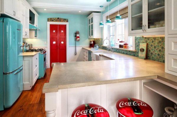 Кухня ретро с яркими стульями и дверями