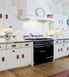 Белая мебель на кухне в стиле ретро