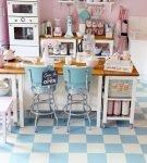 Бело-голубое напольное покрытие на кухне ретро