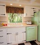 Светло-зелёный холодильник в стиле ретро на кухне