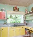 Разноцветный дизайн кухни в стиле ретро