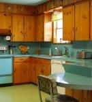 Деревянная мебель на кухне ретро