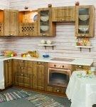 Деревянные шкафы на кухне ретро