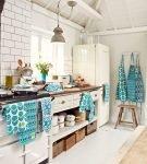 Просторная кухня с бирюзовым декором в стиле ретро