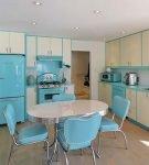 Светлый интерьер кухни ретро с голубой мебелью