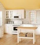 Бежево-белый дизайн кухни ретро