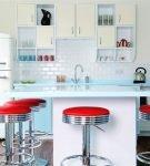 Алые барные стулья бело-голубой кухне ретро