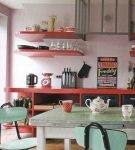 Яркие детали на кухне в стиле ретро