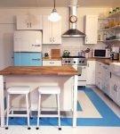 Яркий узор на напольном покрытии на кухне в стиле ретро