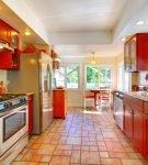 Красная мебель на кухне в стиле ретро