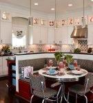 Тёмное напольное покрытие на кухне с интерьером ретро