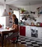 Чёрно-белое напольное покрытие на кухне с обстановкой ретро
