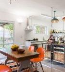 Оранжевый цвет в интерьере кухне ретро