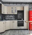 Красный холодильник в лаконичном интерьере ретро