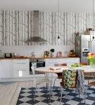 Яркое напольное покрытие на большой кухне ретро