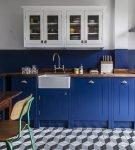 Синий цвет в обстановке кухни ретро